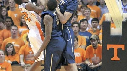 Tennessee&#039;s Jordan McRae, left, tries to get a shot over Pitt&#039;s Lamar Patterson and Khem Birch, right, in the second half Saturday in Knoxville, Tenn.