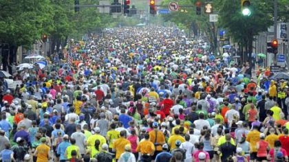 Thousands of runners fill Liberty Avenue, Downtown, as they head toward the Strip District in the Pittsburgh Marathon last month. A recent study found that middle-aged men and women who do cardiovascular exercise regularly can reduce substantially their risk of dying from heart disease.