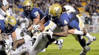 Pitt&#039;s Zach Brown dives into the end zone for a touchdown against USF in the third quarter.