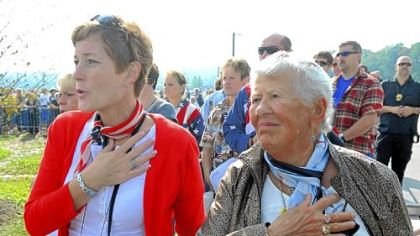 Carolyn Donaldson, a television anchor/reporter for WTAJ in Altoona, left, and Arlene Zelezelkar, a retired United Airlines attendant from McLean, Va., pledge allegiance at the opening of the service at the Flight 93 National Memorial.